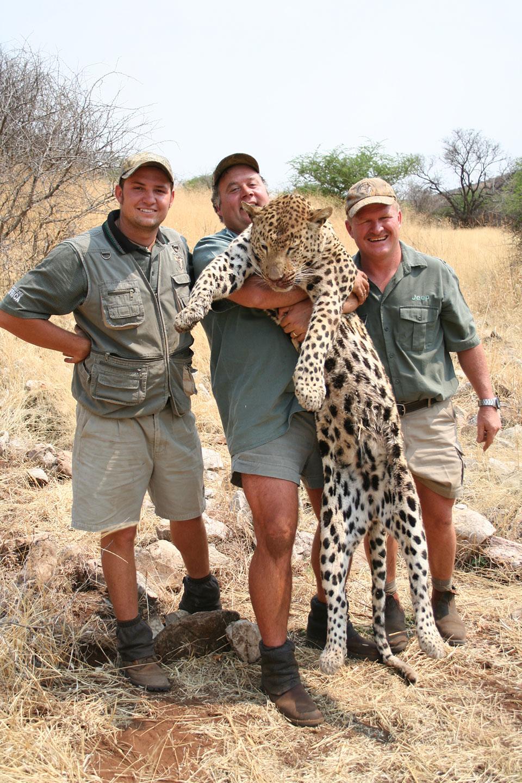 professional-hunter-for-trophy-leopard-in-Africa.jpg